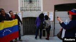 Centenares de venezolanos se congregan en España para votar.