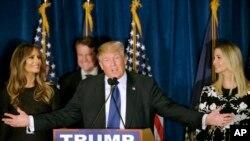 En compagnie de sa femme Melania (à g.) et sa fille Ivanka (à dr.), Donald Trump s'adresse à ses partisans à Manchester, NH.