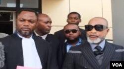 Alanga nzembo Koffi Olomide (D) elongo na mosambeli na ye Me Tony Mwaba na bobimi na Cour ya cassation,na Gombe, 26 septembre 2019.