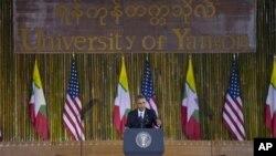 Tổng thống Obama phát biểu với sinh viên Miến Điện tại Đại học Yangon.
