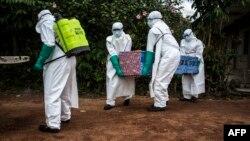 Les agents de santé portent le corps d'un patient atteint du virus Ebola non confirmé à Mangina, près de Beni, dans la province du Nord-Kivu, le 22 août 2018