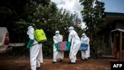 Le 22 août 2018, à Mangina, près de Beni, dans la province du Nord-Kivu, des agents de santé ont enterré le corps d'un patient atteint du virus Ebola non confirmé.