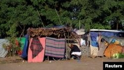 Một người tị nạn dọn dẹp lều của mình tại một khu trại tạm thời ở biên giới Hungary-Serbia, ngày 2 tháng 9 năm 2016.