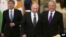 Алмазбек Атамбаев, Владимир Путин и Нурсултан Назарбаев. Москва, Кремль. 19 декабря 2012 г.