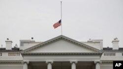 周五枪击案后奥巴马下令降半旗,照片可见白宫降半旗