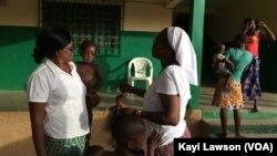 """Des encadreurs et des enfants porteurs du VIH/Sida hébergés à la maison Ste Monique de l'ONG """"vivre dans l'espérance"""", à Dapaong, Togo, 16 mai 2017. (VOA/Kayi Lawson)"""
