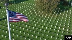 ສຸສານ Normandy ຂອງຄົນອາເມຣິກັນທີ່ຕັ້ງຢູ່ເມືອງໂກລເລີວິນ ຊຽກ-ແມ, ເຂດ Normandy, ພາກຕາເວັນຕົກສຽງເໜືອຂອງຝຣັ່ງ ເປັນອະນຸສອນສະຖານ ລະນຶກເຖິງການເສຍສະຫຼະຂອງທະຫານອາເມຣິກັນ ທີ່ປະກອບສ່ວນ ເຂົ້າໃນການປົດປ່ອຍຝຣັ່ງ ໃນປີ 1944 ແລະ 1945