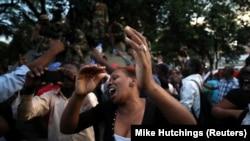 穆加貝辭職的消息公佈後,大量民眾湧上該津巴布韋首都哈拉雷街頭,歡慶穆加貝的統治走向終結。