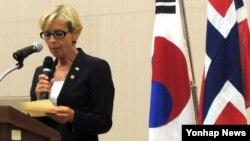 안네 그레떼 스트룀 에릭센 노르웨이 국방장관이 25일 서울 국립도서관에서 열린 노르웨이 한국전 참전 기념도서 '노르매시' 기증식에서 축사하고 있다.