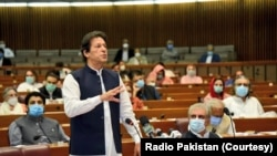 عمران خان قومی اسمبلی میں اظہار خیال کر رہے ہیں۔ (فائل فوٹو)