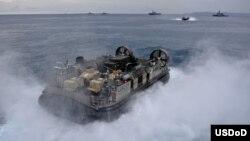 Hàng không mẫu hạm tiêm kích đa năng USS Bonhomme Richard (LHD 6) vận chuyển các thiết bị của đơn vị viễn chinh Thủy quân Lục chiến 31 của Mỹ. Lục quân Mỹ có kế hoạch cất trữ thiết bị ở Việt Nam, Campuchia và một số nước khác ở Thái Bình Dương.