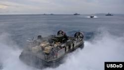 日本沖繩 (11月5日) 美軍氣墊登陸艇剛剛駛離從兩棲攻擊艦﹐為開往沖繩白灘的海軍陸戰隊運送設備。美日聯合軍演11月5日開始日本各地鋪開﹐約5萬軍人參加﹐為期12天。