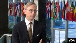 آقای هوک با ستاره درخشش رئیس بخش فارسی صدای آمریکا گفتگو کرد.