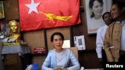 Pemimpin oposisi pro-demokrasi Aung San Suu Kyi berbicara dalam konferensi pers memperingati 25 tahun partainya, National League for Democracy (NLD) di kantornya di Rangoon, Myanmar, 27/9/2013.