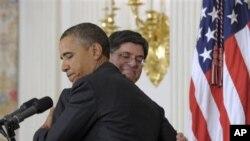 အေမရိကန္သမၼတ Barack Obama နဲ႔ အိမ္ျဖဴေတာ္ အရာရွိခ်ဳပ္ Jack Lew ကို အိမ္ျဖဴေတာ္တြင္ ေတြ႔ရစဥ္။ (ဇန္နဝါရီလ ၉ရက္၊ ၂၀၁၂)