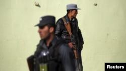 지난달 28일 아프가니스탄 카불 경찰들이 자살폭탄테러가 발생한 사고 현장 주변을 수색하고 있다. (자료사진)