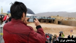 استفاده از تلفن همراه و شبکههای اجتماعی در ایران به ویژه در نسل جوان رواج زیادی دارد