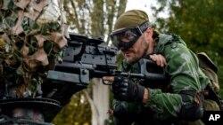 شورشیان طرفدار روسیه برای حمله به فرودگاه دونتسک در شرق اوکراین آماده می شوند - ۹ شهریور ۱۳۹۳