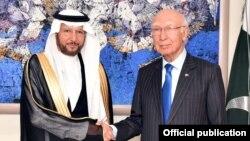 مشیر خارجہ سرتراج عزیز اور او آئی سی کے سیکرٹری جنرل مصافحہ کر رہے ہیں