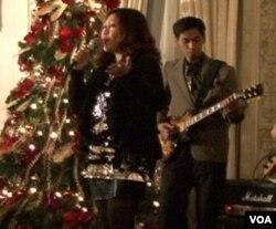 Rey Wowor menyanyikan lagu 'Tuhan' untuk mengumpulkan dana bagi korban bencana Merapi di Yogyakarta.