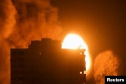 Dim i plamen iznad zgrade tokom izraelskih vazdušnih udara, usred rasplamsavanja izraelsko-palestinskog nasilja, u Gazi 17. maja 2021. Foto: (REUTERS/Ibraheem Abu Mustafa)