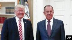 Le président américain Donald Trump et le chef de la diplomatie russe Sergueï Lavrov à la Maison Blanche, le 10 mai 2017.