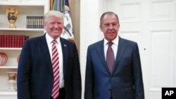 លោកប្រធានាធិបតី Donald Trump ជួបជាមួយនឹងរដ្ឋមន្ត្រីការបរទេសរុស្ស៊ី Sergey Lavrov (រូបស្តាំ) នៅសេតវិមាន ក្នុងរដ្ឋធានីវ៉ាស៊ីនតោន កាលពីថ្ងៃទី១០ ខែឧសភា ឆ្នាំ២០១៧។