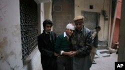 16일 파키스탄 페샤와르의 군 부설 학교에서 탈레반의 공격으로 교사인 어머니를 잃고 자신도 부상을 당한 학생(가운데)를 가족들이 위로하고 있다.
