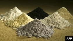 Oxit đất hiếm theo chiều kim đồng hồ từ giữa trên: praseodymium, cerium, lanthanum, neodymium, samarium, and gadolinium