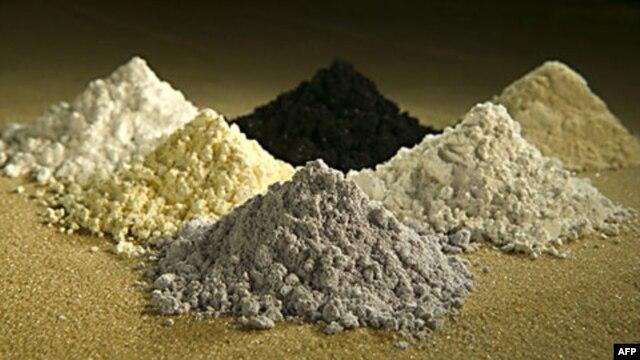 Đất hiếm theo chiều kim đồng hồ: praseodymium, cerium, lanthanum, neodymium, samarium, và gadolinium