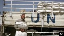 Assistance de l'UNRWA, camp de réfugiés palestiniens de Jebaliya, Bande de Gaza, le 13 avril 2006.