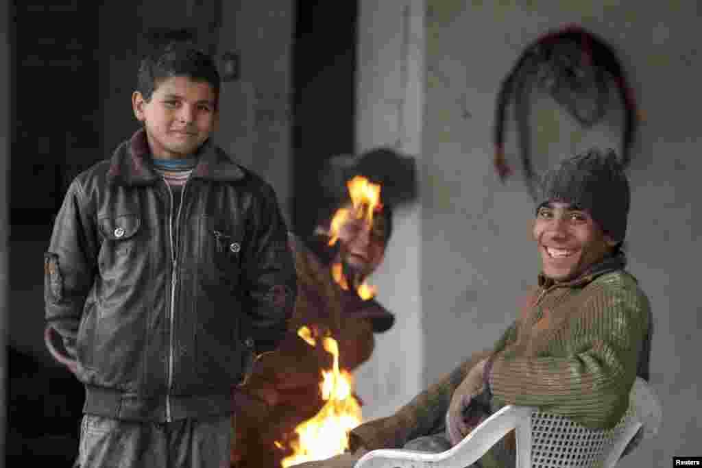 Des enfants se réchauffant près d'un feu à Alep