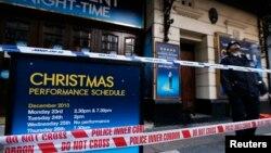 20일 영국 런던 시내의 한 극장에서 천장이 무너지는 사고가 발생한 가운데,경찰이 사고 현장을 지키고 있다.