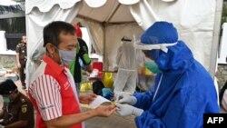 ڈاکٹر عاطف کے مطابق کرونا وائرس کی علامات میں شدت آجائے تو ٹیسٹ فوری کرا لینا بہتر ہے۔ (فائل فوٹو)