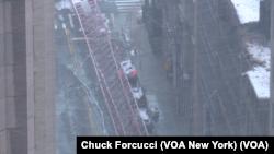 Au moins un mort dans l'effondrement d'une grue à New York, vendredi 5 février 2016 (Photo Chuck Forcucci, VOA New York)