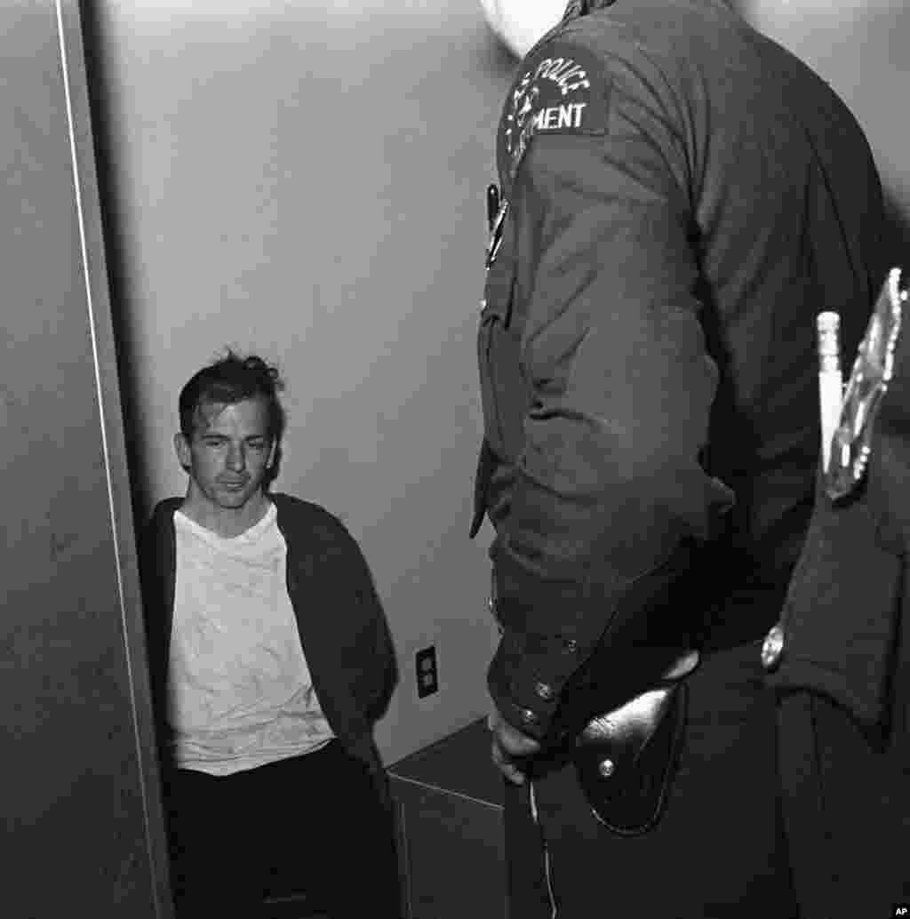Lee Harvey Oswald en custodia de la policía poco después del asesinato del presidente John F. Kennedy.