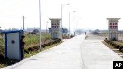 북한이 외부 투자를 유치하기 위해 신의주 인근에 조성한 '황금평경제구' 입구를 북한 군인이 지키고 있다. 이 곳에 사무실을 연 타이완 기업인은 경제구가 몇 년 째 황량한 상태라고 전했다. (자료사진)
