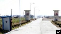 북한이 신의주 인근에 조성한 '황금평경제구' 입구를 군인들이 지키고 있다. 당초 계획과 달리 외국인 투자가 이뤄지지 않아서, 몇 년 째 황량한 상태다. (자료사진)