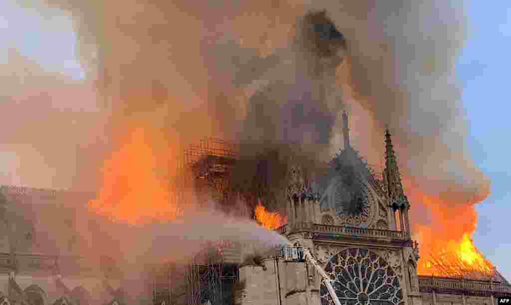 آتش سوزی در طبقات فوقانیکلیسای نوتردام پاریس. این کلیسا سالانه ۱۳ میلیون بازدید کننده دارد.