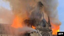 Imbeya hamwe n'imyotsi igihe Katedrale Notre-Dame, i Paris 15/04/2019.