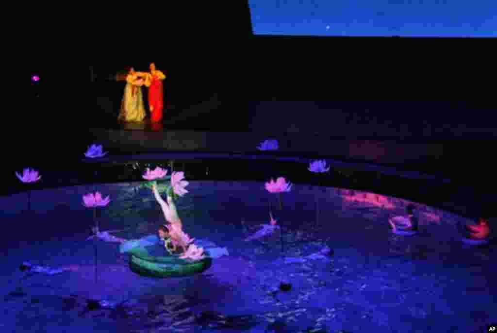 북한 국립교예단이 새로 공연 중인 교예극 '춘향전'의 한 장면. 출연 배우들이 곡예를 선보이고 있다.