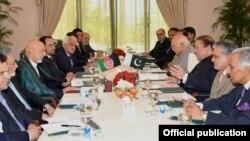 ປະທານາທິບໍດີ Hamid Karzai ນໍາພາຝ່າຍອັຟການິສຖານ (ຊ້າຍ) ເຈລະຈາກັບ ຝ່າຍປາກິສຖານ ທີ່ນໍາໂດຍນາຍົກລັດຖະມົນຕີ Nawaz Sharif, ຕອນທ່ານກາຊາຍ ໄປຢ້ຽມຢາມປາກິສຖານ ວັນທີ 26 ສິງຫາ 2013.