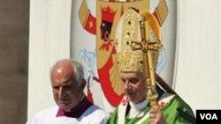 Paus Benediktus tiba di lokasi misa udara terbuka di Palermo, Sisilia, pada hari Minggu.
