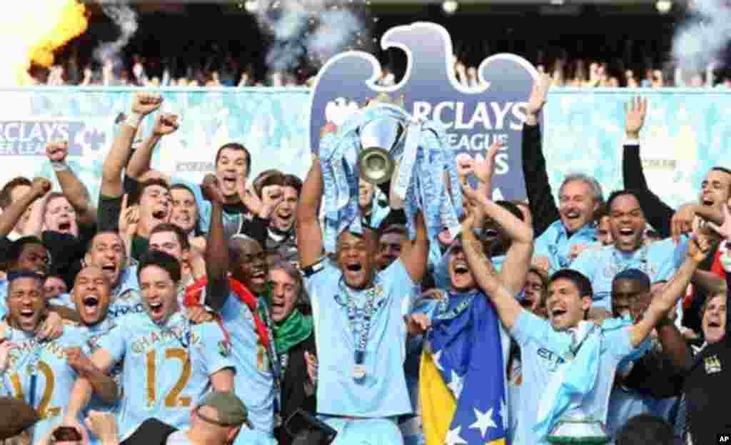 'Yan wasan kungiyar Manchester City su na bayyana farin cikinsu bayan da suka doke Queens Park Rangers da ci 3-2, suka kuma zamo zakarun wasannin lig-lig na Ingila, Premier League, lahadi 13 Mayu 2012 a filin wasa na Etihad dake Manchester.