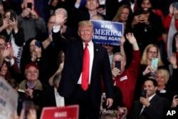 Tổng thống Donald Trump phát biểu trong một cuộc tập hợp vận động tranh cử ở Indianapolis, Indiana, ngày 2 tháng 11, 2018.