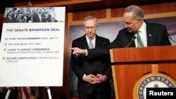 16일 미국 의회에서 찰스 슈머 민주당 상원의원(오른쪽)과 해리 리드 상원 민주당 원내 대표(왼쪽)가 연방 정부 예산안에 관한 기자회견을 갖고 있다. (자료사진)