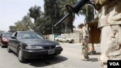 Seorang prajurit Irak memeriksa mobil lewat di Baghdad, 3 April 2010, sebagai bagian dari pengamanan setelah serangan di sebuah desa sebelah selatan ibukota ini.
