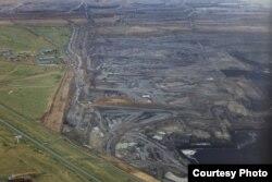 2012年6月,内蒙古自治区锡林浩特胜利煤田露天煤矿,以及被煤矿切开的草原 (卢广/绿色和平)