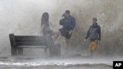 El Centro Nacional de Huracanes en Miami dijo que Isaac se convirtió en un huracán de categoría 1 y tocó tierra el martes sobre las 6:45 p.m., hora local.
