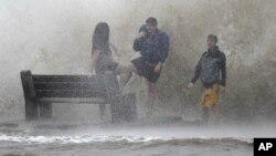 Badai Isaac yang membawa angin berkecepatan 130 kilometer per jam menerjang kawasan Danau Pontchartrain di New Orleans, Lousiana (28/8).